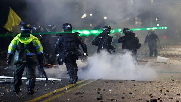 Manifestantes colombianos sufren otra noche de brutal represión policial