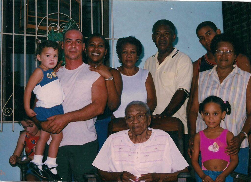 2 Blandino junto a su mama y parte de la familia