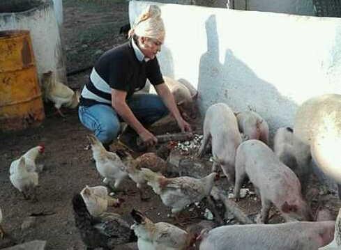 Daima disfruta atendiendo sus animales. (Foto: Cortesía de la entrevistada)