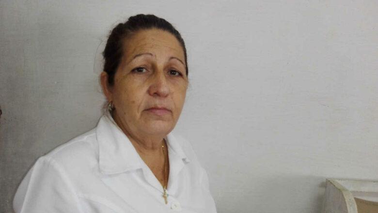 Idania, una enfermera con más de 4 décadas aliviando el dolor ajeno