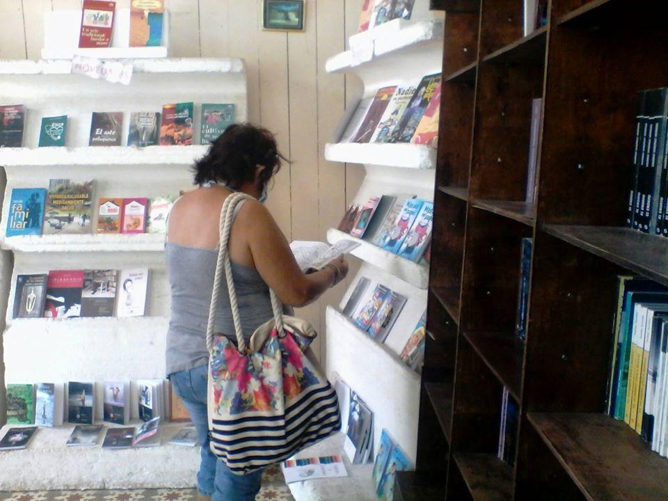 lectores compran libros en la librería