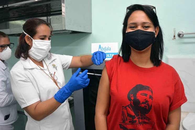 Voluntaria recibe vacuna cubana Soberana 02