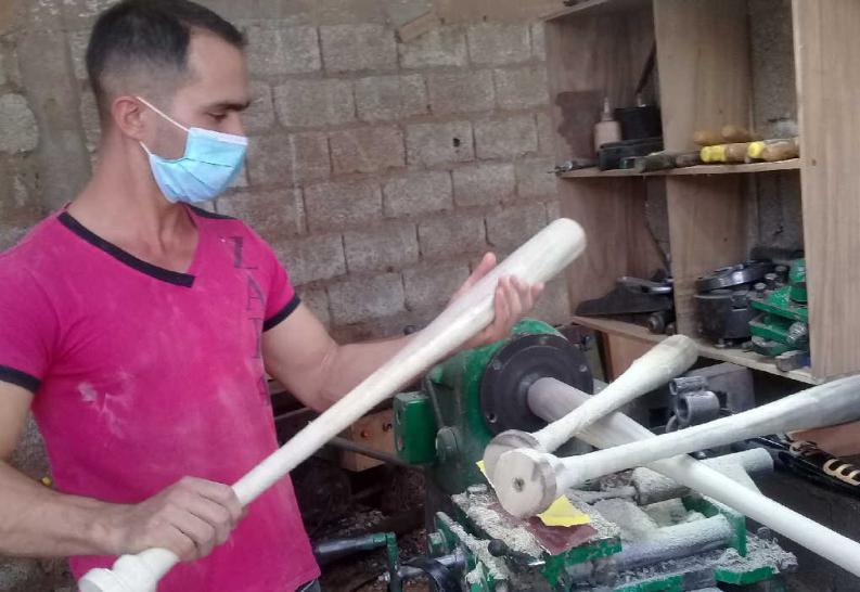 Los bates de béisbol exhiben calidad y cumplen la talla y el peso. (Foto: José Luis Camellón/ Escambray)